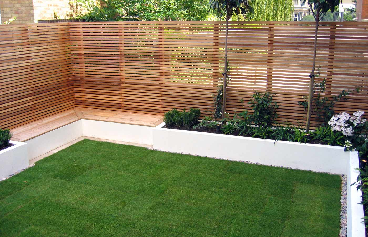Contemporary garden design london architectural garden for Garden decking fencing