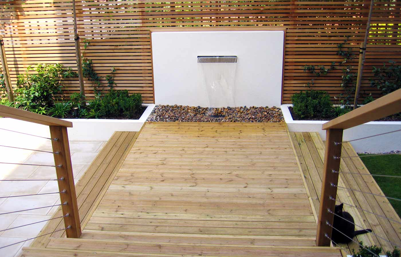 Contemporary garden design london architectural garden for Garden decking designs uk