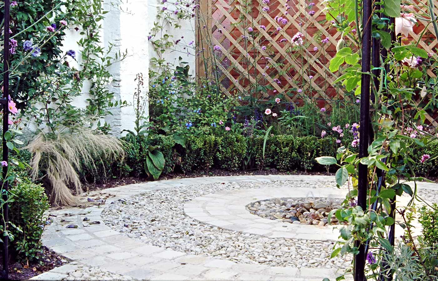 Circular area with water fountain