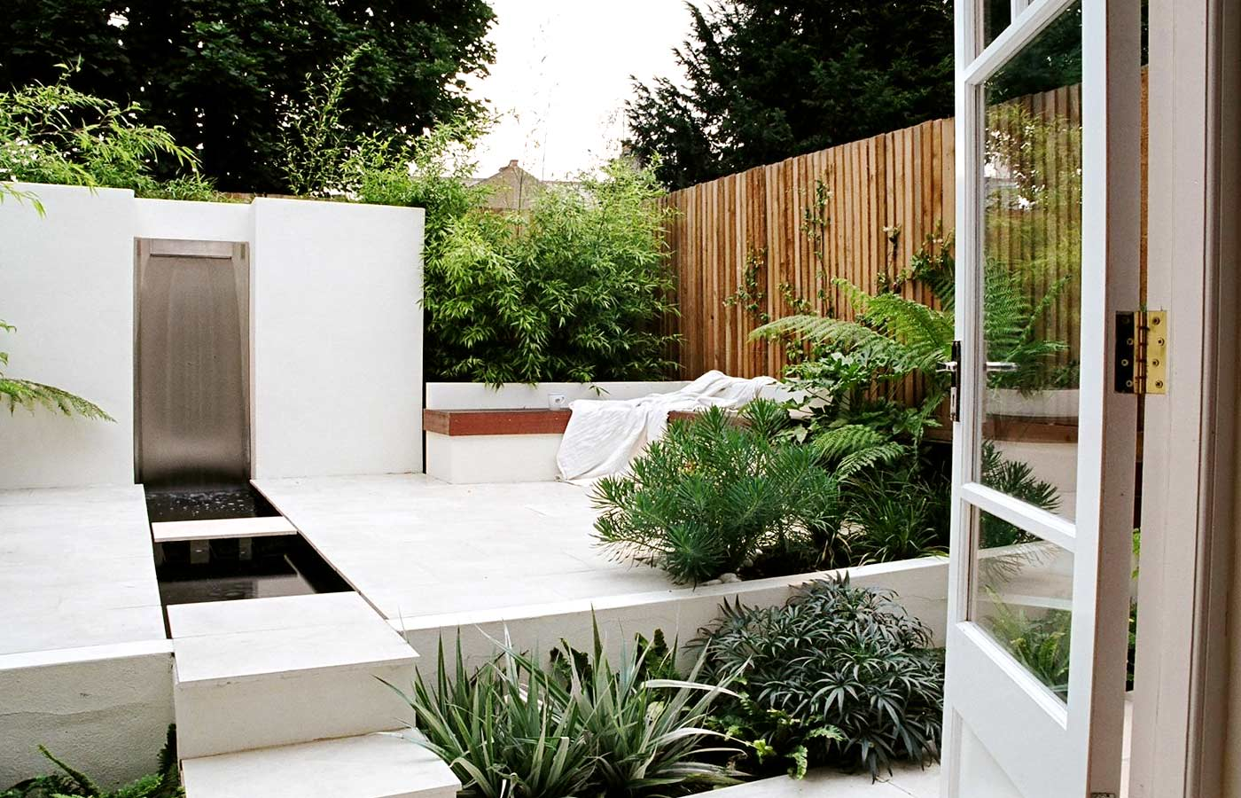 Small urban garden design garden design st albans for Garden design for small gardens