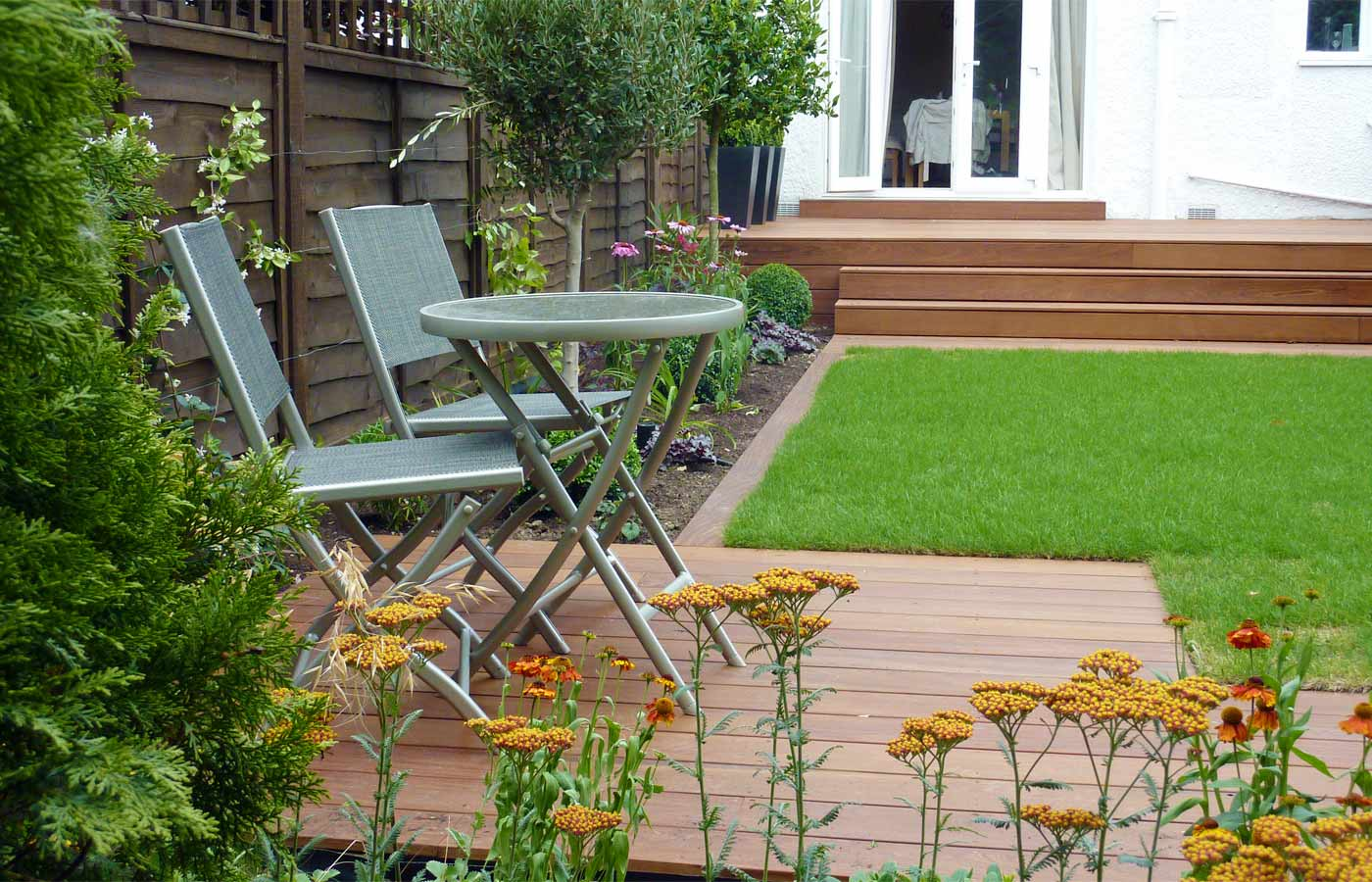 Contemporary garden design london for Garden design decking areas